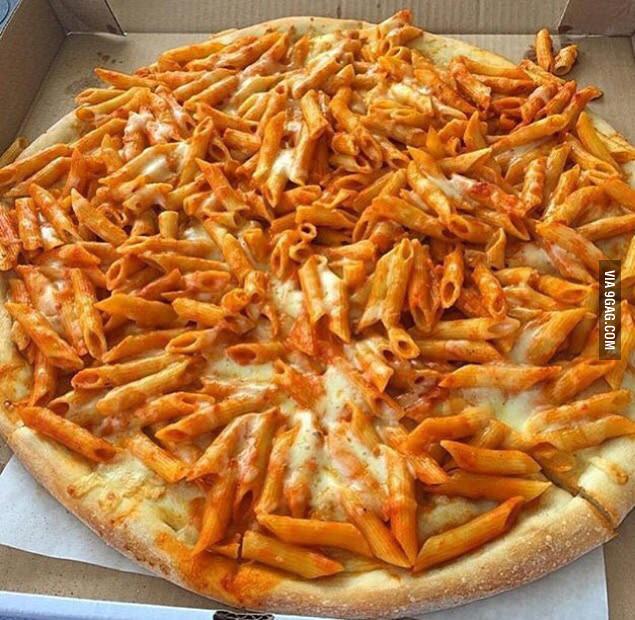 Pizza a base di penne al sugo. Una specialità...