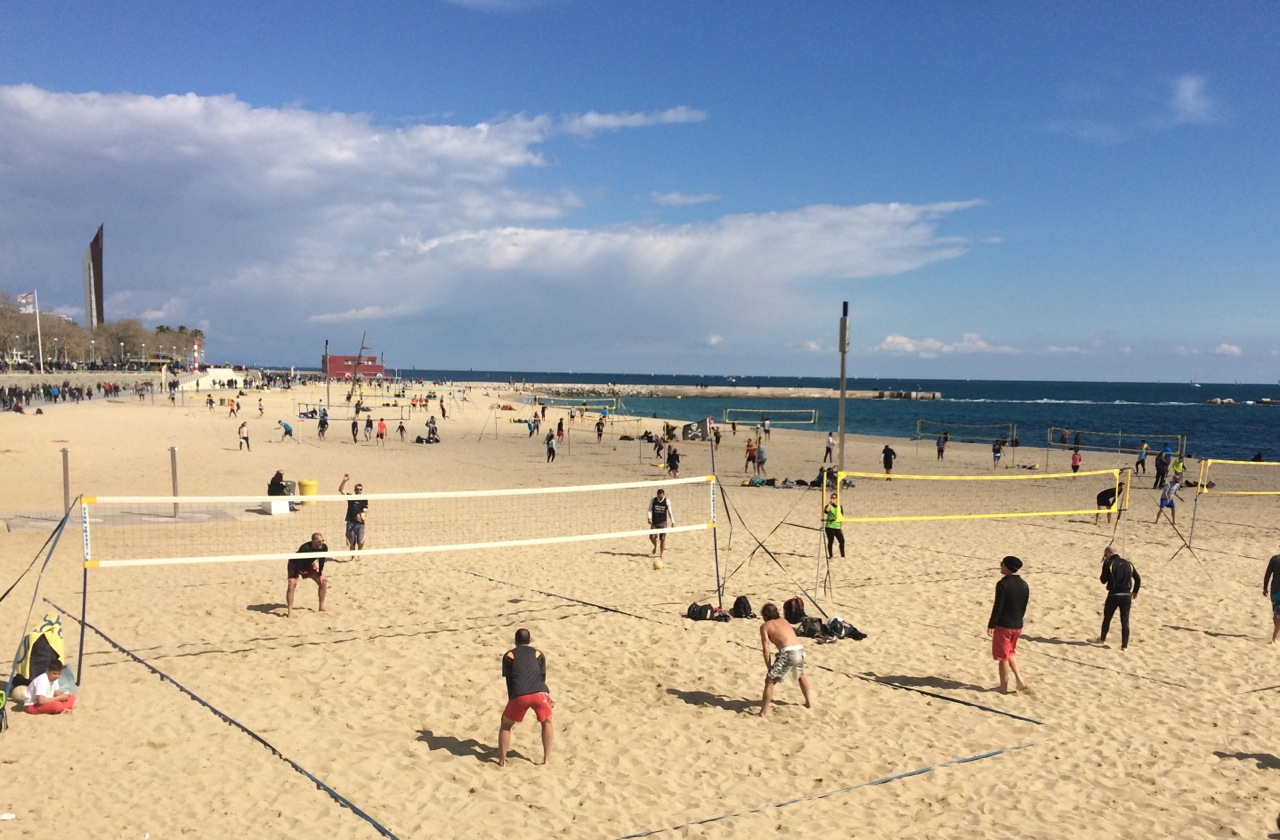 La spiaggia del Porto Olimpico di Barcellona una domenica mattina. In città le attività all'aria aperta abbondano.