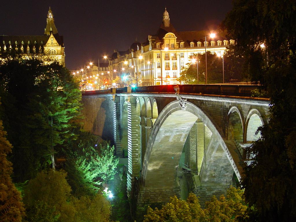 Vista notturna di uno scorcio della città di Lussemburgo. Foto: David Evers