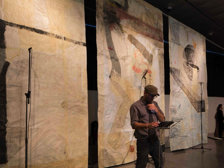 Motiscause davanti al suo trittico Sons de paper, esposto al Museo de Disseny de Barcelona