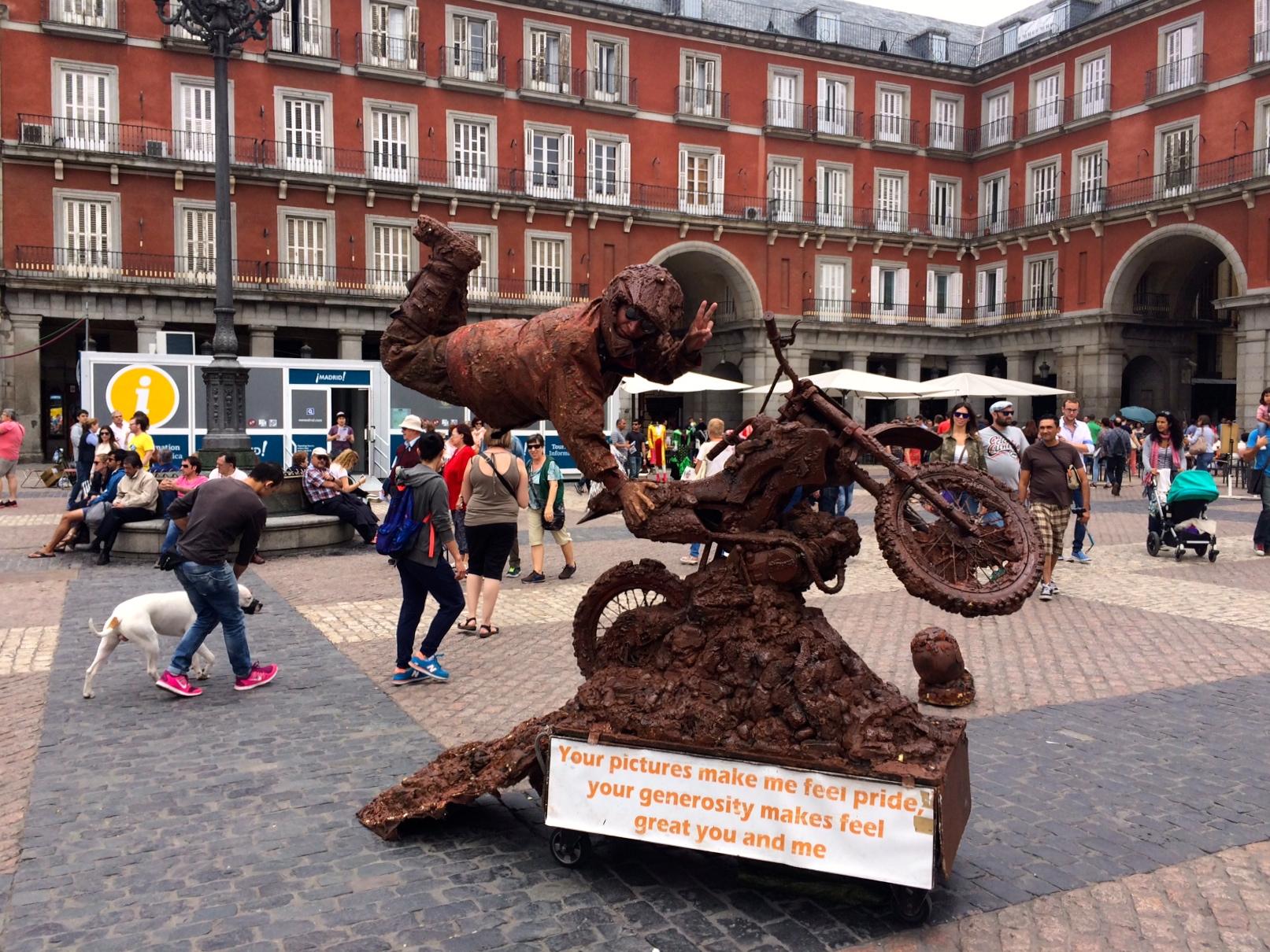 cambiare vita Uno dei tanti artisti di strada di Plaza Mayor a Madrid