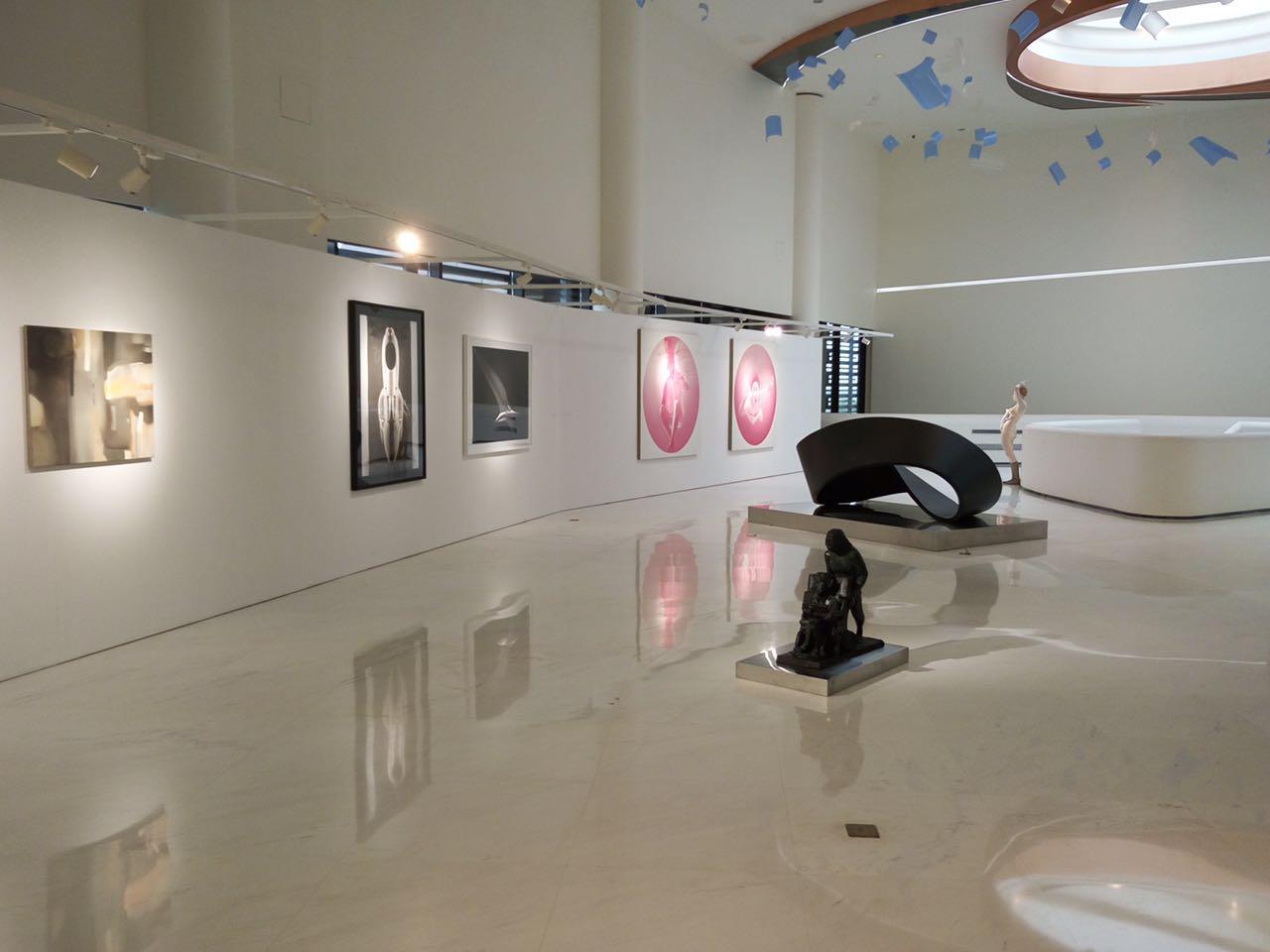 Alcune opere di Motiscause esposte al museo d'arte contemporanea di Shanghai