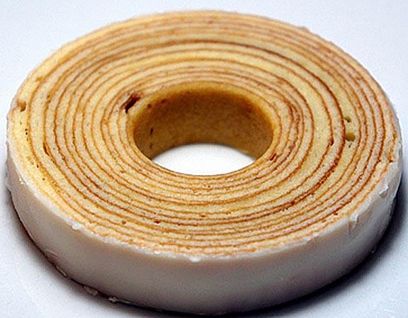 Un anello sezionato della torta tipica Baaumkuch