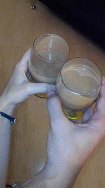 Bicchieri di bouza pronti per un brindisi