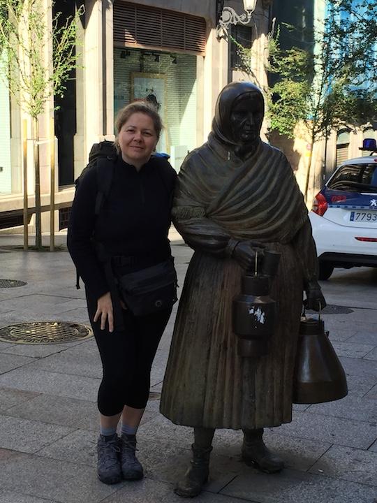 """Ourense, nostro punto di partenza del Cammino di Santiago: """"La lattaia"""", statua in bronzo sulla Rambla della cittadina"""