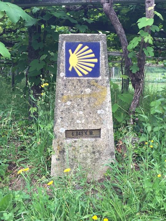 Particolare di un cippo che indica la direzione e la distanza per Santiago
