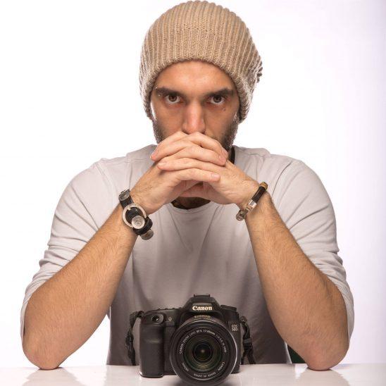 Il fotografo Max Cavallari, autore di (Di)stanze