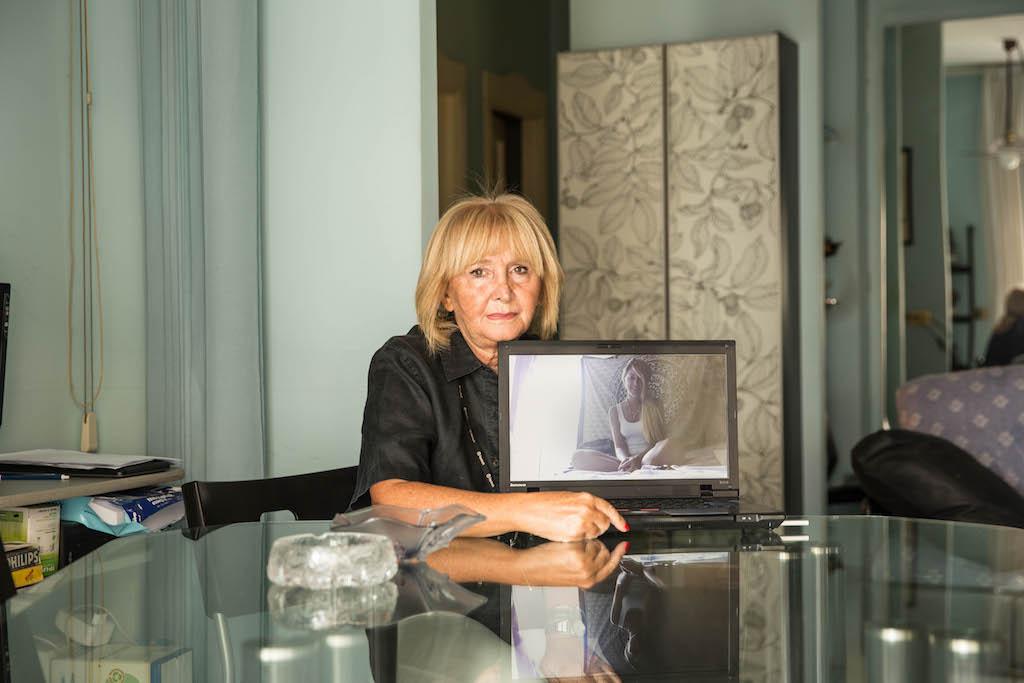 Mamma Vittoria nella casa di Napoli e sullo schermo la figlia Roberta che vive in Spagna, a Barcellona. Dopo anni di lavori di ogni tipo, la madre di Roberta le ha finanziato la permanenza a Barcellona per qualche mese per seguire i suoi sogni. Adesso è in cerca di lavoro.