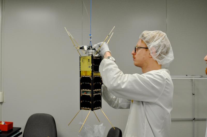 Preparazione del D-Sat, il satellite interamente prodotto da D-Orbit che verrà lanciato a metà del 2017