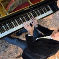 Stefano Miceli, il pianista italiano che dirige le orchestre più prestigiose del mondo