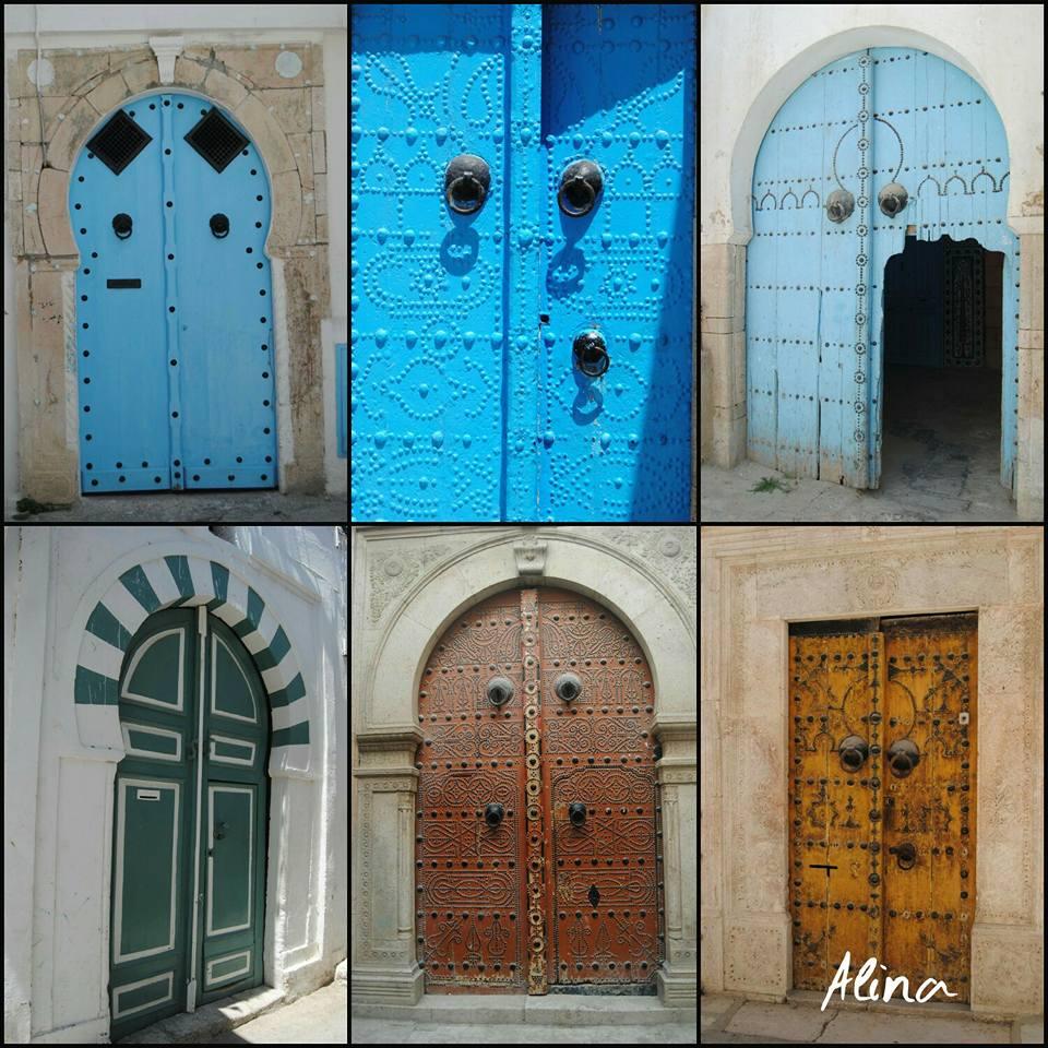 Le caratteristiche porte delle case nella medina di Tunisi