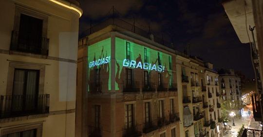 Videomapping e karaoke dai balconi a Barcellona